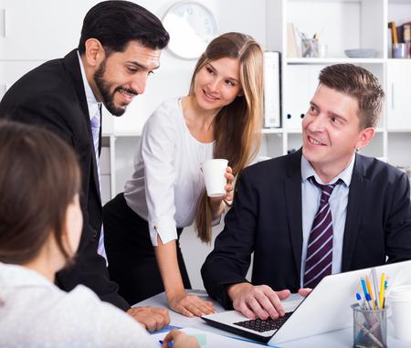 Gente de negocios desarrollando estrategia para el trabajo en equipo en la oficina moderna con laptop