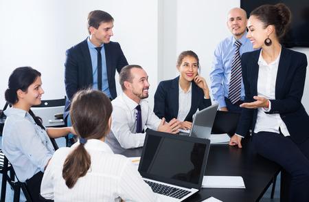 Equipo de empleados hablando sobre proyecto empresarial durante la pausa para el café en la oficina