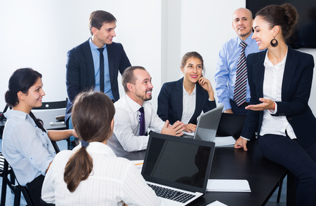 Team von Mitarbeitern, die während der Kaffeepause im Büro über Geschäftsprojekt sprechen