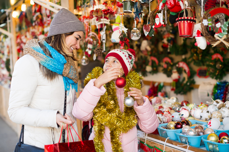 Adult mother with small daughter in Christmas market 스톡 콘텐츠