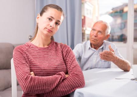Un père mature apaise sa fille adulte