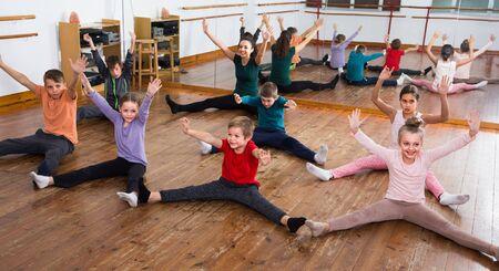 garçons et filles heureux étudiant la danse du mépris en studio