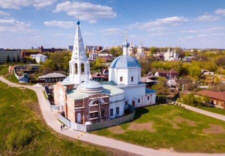 Blick auf die mittelalterliche Dreifaltigkeitskathedrale mit dem für die alte russische Architektur typischen zeltartigen Glockenturm während der Restaurierung im Hintergrund mit malerischem Stadtbild von Serpukhov
