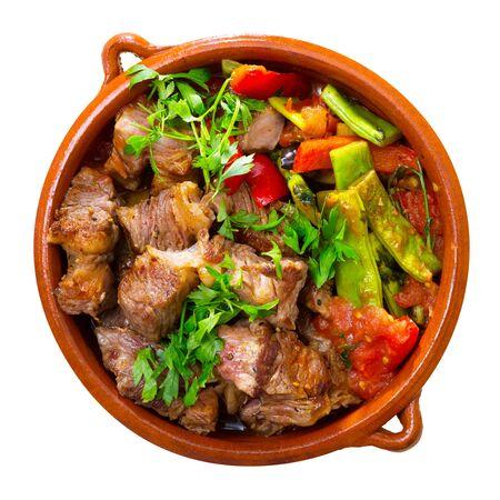 Portrait de plat de gyuvech cuit de la cuisine bulgare de boeuf aux légumes au pot en argile. Isolé sur fond blanc