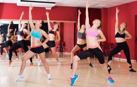Groep jonge slanke atletische vrouwen die danstraining uitoefenen in de klas Stockfoto