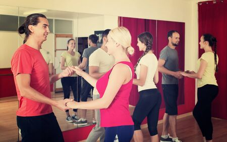 couples positifs dansant la danse latino en classe