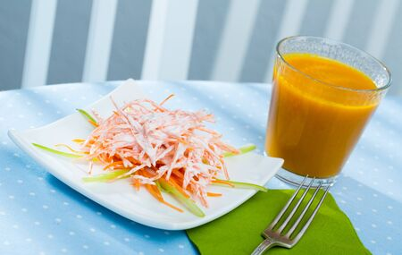 Low-calorie healthy breakfast with fresh carrot salad and carrot juice in glass Zdjęcie Seryjne