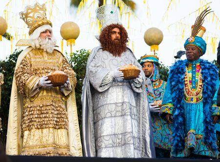 BARCELONA, ESPAÑA - 5 DE ENERO DE 2017: Tres magos Melchor, Baltasar y Gaspar saludan a los residentes de Barcelona. Barcelona, Cataluña