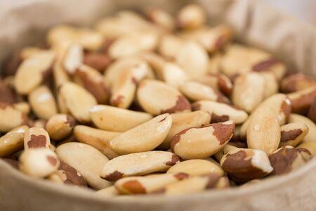 Foto de mezcla de nueces brasileñas en la tienda de alimentos.