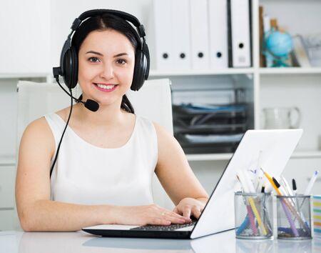 Joven trabajadora operando productivamente en call-center