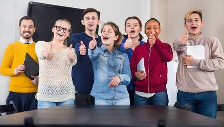 Compañeros de clase expresando su placer de estudiar en la escuela.