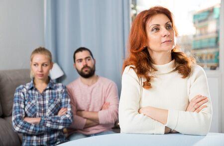 La giovane coppia seria ha una conversazione stressante in famiglia a casa