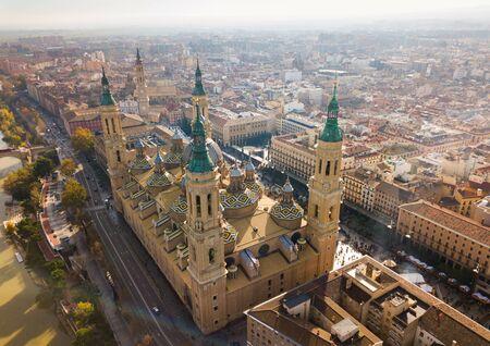 Vue aérienne des toits carrelés et de la basilique cathédrale de Saragosse, Aragon, Espagne