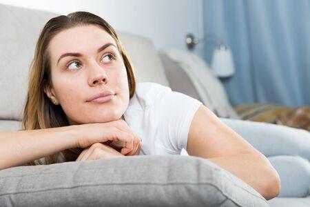 女の子は家で孤独に退屈しています。