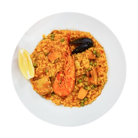 Spainsh dish seafood paella with rice, shrimps and mussels, nobody. Isolated over white background 免版税图像