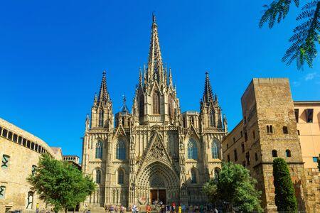 Vista pittoresca dell'imponente Cattedrale di Santa Croce e Sant'Eulalia a Barcellona Archivio Fotografico