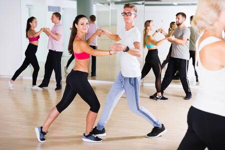 Pareja joven bailando tango juntos en estudio