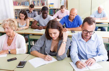 Tarea de escucha de estudiantes de edades mixtas para el examen en el aula