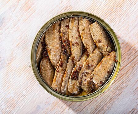 Bild von eingemachten kleinen geräucherten Sardinen aus Riga in einer offenen Blechdose, niemand