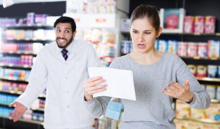 cliente triste que no está satisfecho con los medicamentos recomendados en la farmacia.