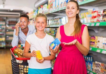 frustration adult man with wife and child in food supermarket Reklamní fotografie