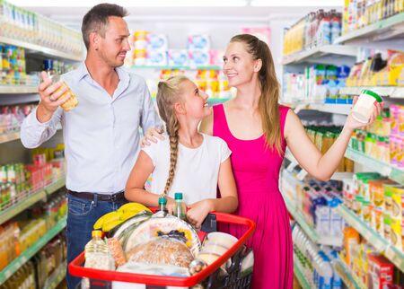 Klanten selecteren goederen in de winkel.