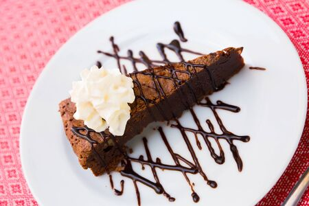 Image of sweet brownie cake with chocolate and butter cream served at plate Zdjęcie Seryjne