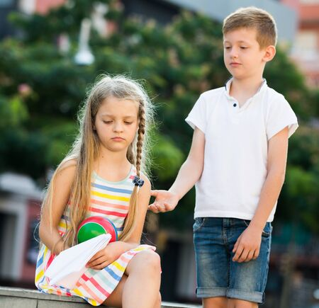 portrait of angry girl in elementary school age not playing with friend in park outdoors 版權商用圖片 - 129662894