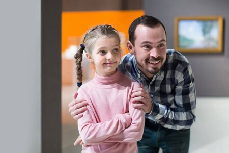 happy germany father and daughter looking at paintings in halls of museum Standard-Bild - 129502557