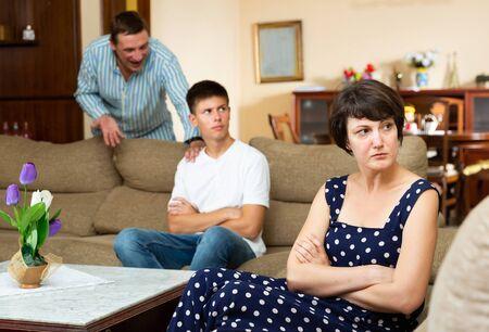 Une femme et son jeune fils offensés après une dispute avec son mari