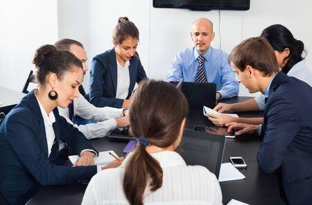 Réunion de travail du personnel positif de l'équipe sur un projet d'entreprise au bureau