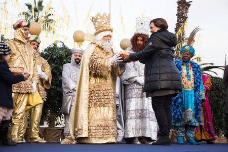 BARCELONA, ESPAÑA - 5 DE ENERO DE 2017: El alcalde de Barcelona da la bienvenida y agradece la visita de los Reyes Magos. Barcelona, Cataluña