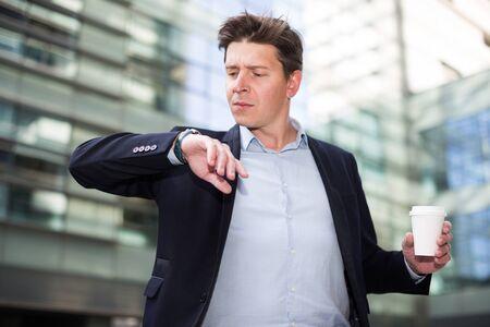 Homme professionnel en veste avec des documents se dépêchant de se réunir