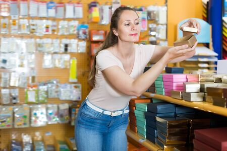 Pretty girl with gift boxes in her hands in store Stockfoto
