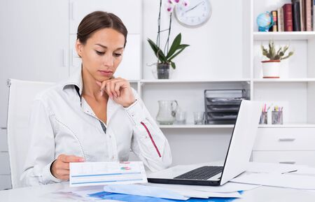 frustrated young woman experiencing  problems at company office 写真素材 - 129801396