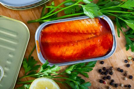 Open can with mackerel fillet in tomato sauce Stok Fotoğraf - 129918735
