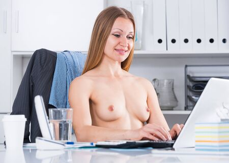 Provocative topless businesswoman at workplace in office Фото со стока - 130051163
