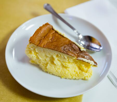 Postre de queso crema dulce. Rebanada de tarta de queso español tarta de queso en la placa blanca.