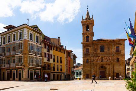 Vista dell'antica chiesa di San Isidoro El Real sulla piazza centrale della città asturiana di Oviedo nella soleggiata giornata estiva, Spagna