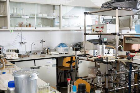 Intérieur de laboratoire biochimique avec différents équipements de laboratoire et verrerie Banque d'images
