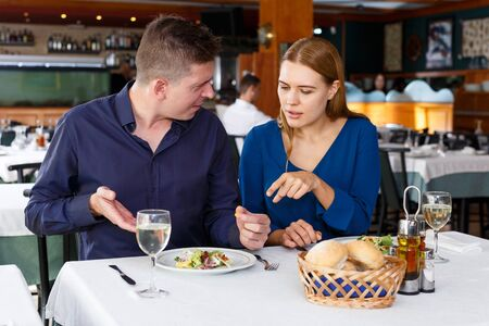Man and woman unhappy with quality of food in restaurant Stockfoto