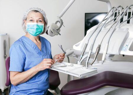Retrato de mujer dentista en el lugar de trabajo en la clínica Foto de archivo