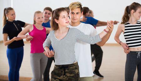 Retrato, de, parejas jóvenes, bailando, de, pareja, baile, en, escuela de baile