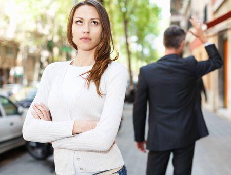 Beleidigtes Mädchen auf abreisendem Freundhintergrund nach Streit im Freien