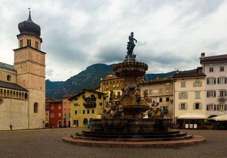 Blick auf den spätbarocken Neptunbrunnen auf der Piazza Duomo in Trient im Herbsttag