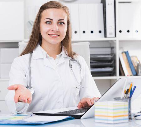 Une femme médecin rencontre le prochain client à la clinique. Banque d'images
