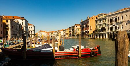 Scenic view of famous Grand canal with ancient buildings and boats in sunny day, Venice, Italy 免版税图像