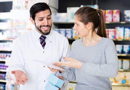 Retrato de clienta indignada con medicamentos en farmacia