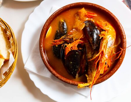 Hearty and spicy Parihuela - Peruvian seafood soup with mussels and prawns Imagens