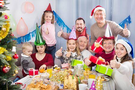 Grote vriendelijke familie blij elkaar te zien tijdens een kerstdiner Stockfoto